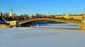 Mening van de brug in de stadscentrum van Moskou Stock Foto