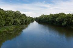 Mening van de brug door Naras-rivier in Serpuk stock afbeelding