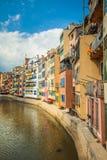 Mening van de brug van Eiffel van de rivier Onyar en gebouwen van Girona Royalty-vrije Stock Afbeeldingen