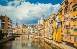 Mening van de brug van Eiffel van de rivier Onyar en gebouwen van Girona stad Stock Fotografie