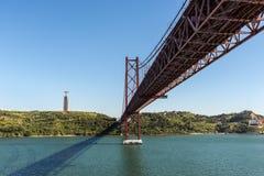 Mening van 25 de brug en Christus van April het Koningsmonument in Lissabon, Stock Foto