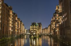 Mening van de brug en het baksteengebouw in Hamburg, nachtillu stock fotografie