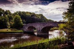 Mening van de Brug en de rivier van Bladnoch in Wigtown, Dumfries en Galloway stock foto