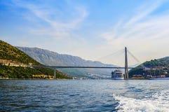 Mening van de brug van Franjo Tudjman en een cruiseschip bij de pijler Dubrovnik, Kroatië royalty-vrije stock afbeelding