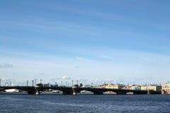 Mening van de brug over de rivier Neva Stock Foto's