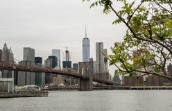 Mening van de Brug van Brooklyn en de horizon van Manhattan Stock Afbeeldingen