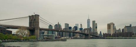 Mening van de Brug van Brooklyn en de horizon van Manhattan Stock Foto's