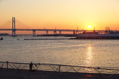 De Brug van de baai over zonsopgang in Yokohama, Japan Royalty-vrije Stock Afbeeldingen