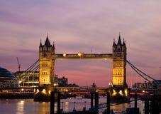 Mening van de Brug van de Toren in Londen bij zonsondergang stock foto