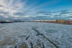 Mening van de Brug van het Schipkanaal met de Aankondiging Stock Foto
