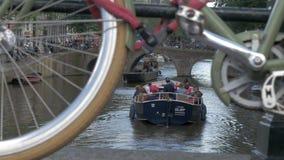 Mening van de brug van zich het bewegen op het kanaalschip met mensen, Amsterdam, Nederland stock videobeelden