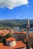 Mening van de daken en de baai van Budva in Montenegro Stock Afbeelding