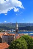 Mening van de daken en de baai van Budva in Montenegro Stock Afbeeldingen