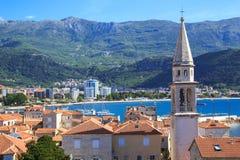 Mening van de daken en de baai van Budva in Montenegro Stock Fotografie