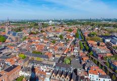 Mening van de daken van de huizen van Delft, Nederland stock foto