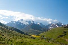 Mening van de de bergvalleien en pieken stock foto's
