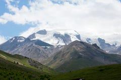 Mening van de de bergvalleien en pieken Stock Foto