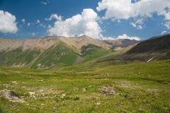 Mening van de de bergvalleien en pieken Stock Afbeelding