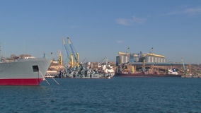 Mening van de de haveninfrastructuur en ligplaatsen met schepen stock videobeelden