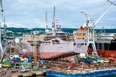 Mening van de de kadehaven en scheepswerf Stock Afbeeldingen
