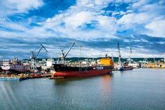 Mening van de de kadehaven en scheepswerf Stock Foto's
