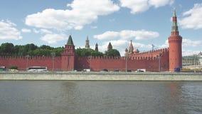 Mening van de de Muur van het Kremlin en Rivier van Moskou van Sofiyskaya-Dijk stock video