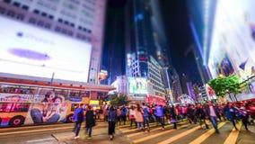 Mening van de de straatnacht van Hongkong de stad overvolle Schuine standverschuiving stock footage