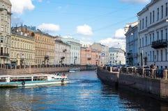 Mening van de dijk van Moyka-rivier in heilige-Petersburg Stock Foto's