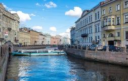 Mening van de dijk van Moyka-rivier in heilige-Petersburg Stock Fotografie