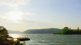 Mening van de Donau met grote golven en sterke wind stock video