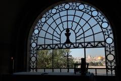 Mening van de donkere ruimte van het klooster van Virgin door metaalnet met een kruis aan de Gouden Koepel van de Rots, Jeruzalem Royalty-vrije Stock Afbeelding