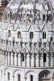 Mening van de Doopkapel van de Kathedraal in Pisa Royalty-vrije Stock Foto's
