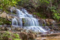 Mening van de draperende waterval stock fotografie