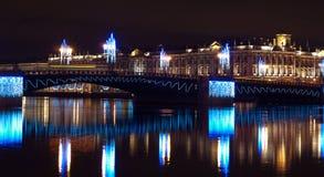 Mening van de Dvortsovyi-brug in de nacht Stock Fotografie