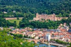 Mening van de Filosoof` s Weg aan de oude stad van Heidelberg met het kasteel, de Oude Brug en de Heilige Geestkerk stock afbeeldingen