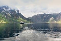 Mening van de fjord van Aurland in Noorwegen - 4 stock afbeelding