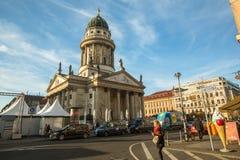 Mening van de Franse die Kathedraal (Franzosischer-Dom) in Berlijn op Gendarmenmarkt wordt gevestigd Stock Foto's