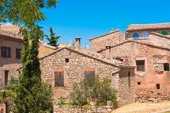 Mening van de gebouwen in het dorp Siurana DE Prades, Tarragona, Catalunya, Spanje Geïsoleerd op blauwe achtergrond Stock Foto