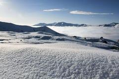 Mening van de Georgische skitoevlucht Gudauri met vers gevallen sneeuw Royalty-vrije Stock Foto's