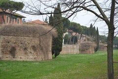 Mening van de geruïneerde stadsmuur Stock Foto