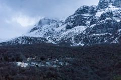 Mening van de gesneeuwde bergen van het dorp van mikropapigo van Zagorochoria in Epirus Griekenland Royalty-vrije Stock Afbeelding