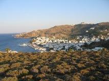 Mening van de Griekse stad, het overzees en de bergen Royalty-vrije Stock Fotografie