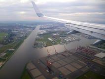 Mening van de grond van vliegtuigvenster Stock Afbeelding