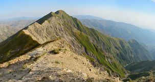 Mening van de Grotere bergen van de Kaukasus van tra van Bergbabadag Royalty-vrije Stock Foto