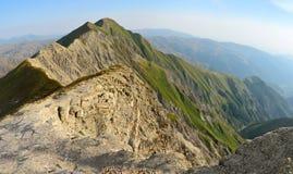 Mening van de Grotere bergen van de Kaukasus van tra van Bergbabadag Royalty-vrije Stock Fotografie