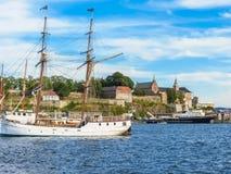 Mening van de de Haven van Oslo en Akershus-Vesting stock fotografie