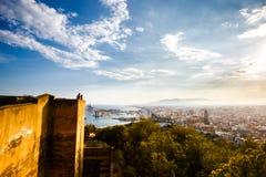 Mening van de haven van Malaga, Kathedraal Alcazaba en cityscape Toeristen othe muur van Castillo DE Gibralfaro Royalty-vrije Stock Afbeeldingen