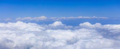 Mening van de hemel en de wolken van het vliegtuig Stock Foto's