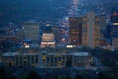 Mening van de het Capitoolbouw van Utah tijdens nacht royalty-vrije stock foto