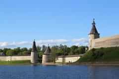 Mening van de het Fortvesting van steen de oude Pskov Krom het Kremlin van de rivier van verafgelegen in Rusland stock fotografie